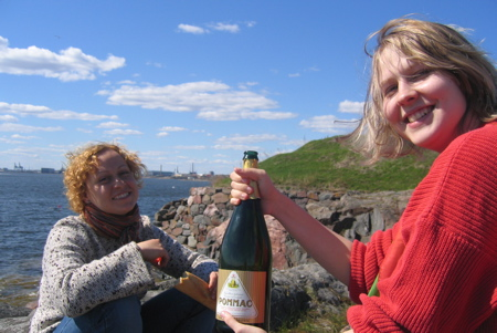 Nata and Kerttu on a Suomenlinna picnic